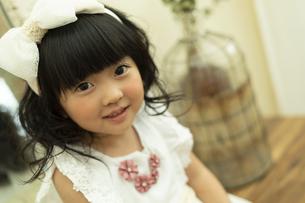髪飾りを付けた女の子の写真素材 [FYI01311603]