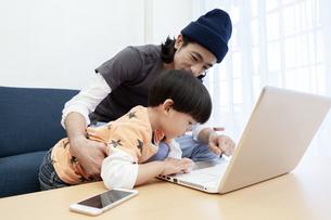 ノートパソコンを操作する親子の写真素材 [FYI01311605]