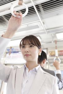 通勤電車に乗るビジネスウーマンの写真素材 [FYI01311608]