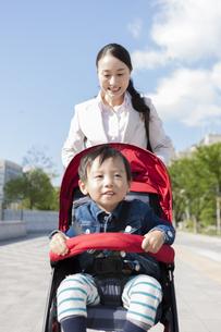 ベビーカーを押す母親の写真素材 [FYI01311638]