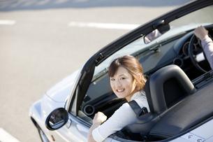 オープンカーに乗っている女性の写真素材 [FYI01311640]