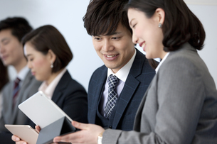 話をするビジネスマンとビジネスウーマンの写真素材 [FYI01311641]