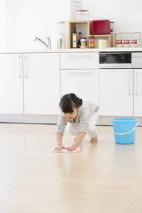 床を拭いている女の子の写真素材 [FYI01311660]