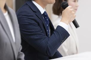 会見をするビジネス男女の写真素材 [FYI01311661]