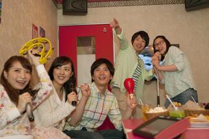カラオケをする若者5人の写真素材 [FYI01311683]