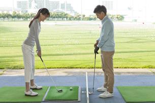 女性にゴルフを教える男性の写真素材 [FYI01311685]