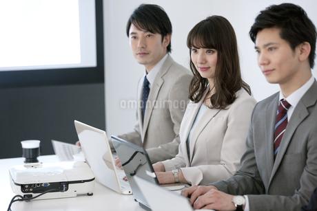 会議をするビジネスマンとビジネスウーマンの写真素材 [FYI01311689]