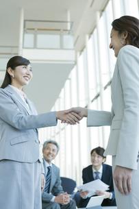 握手をするビジネスウーマンの写真素材 [FYI01311701]