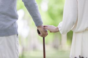 杖をつく中高年夫婦の手元の写真素材 [FYI01311723]