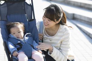 赤ちゃんと散歩する女性の写真素材 [FYI01311725]
