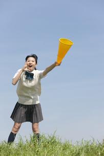 メガホンを持って応援する女子校生の写真素材 [FYI01311777]