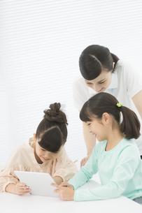タブレットPCで勉強する小学生と先生の写真素材 [FYI01311783]