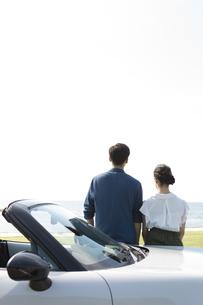海を眺めているカップルの写真素材 [FYI01311802]