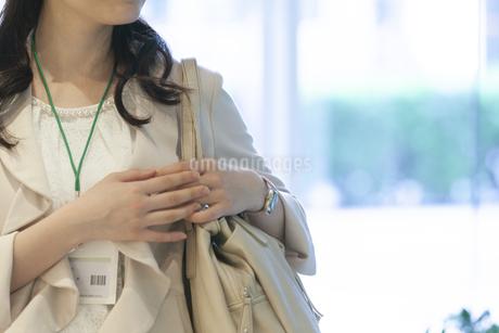 かばんを持つビジネスウーマンの写真素材 [FYI01311810]
