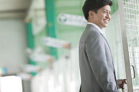 バッティングセンターにいるビジネスマンの写真素材 [FYI01311823]