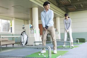 ゴルフをするカップルの写真素材 [FYI01311870]