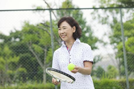 テニスをする中高年女性の写真素材 [FYI01311881]