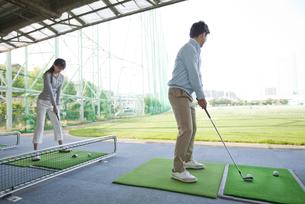 ゴルフをするカップルの写真素材 [FYI01311892]