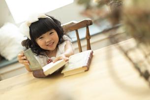 本を持つ女の子の写真素材 [FYI01311919]