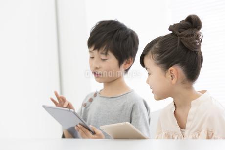 タブレットPCで勉強する小学生の写真素材 [FYI01311933]