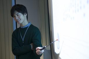 会議で説明をするビジネスマンの写真素材 [FYI01311938]