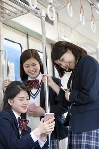 電車通学する女子高生の写真素材 [FYI01311952]