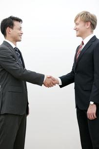 握手をするビジネスマンの写真素材 [FYI01312025]