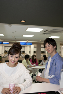 笑顔の若者2人の写真素材 [FYI01312038]