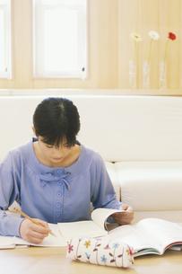 机で勉強する女の子の写真素材 [FYI01312039]