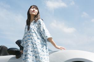 車のそばに立っている女性の写真素材 [FYI01312050]