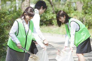 清掃活動をするビジネスマンとビジネスウーマンの写真素材 [FYI01312111]