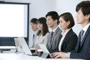 会議をするビジネスマンとビジネスウーマンの写真素材 [FYI01312140]