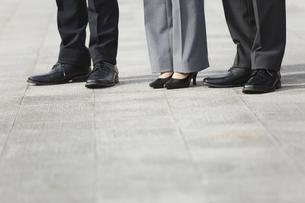 ビジネスマンとビジネスウーマン3人の足下の写真素材 [FYI01312150]