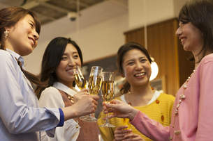 乾杯する女性4人の写真素材 [FYI01312168]