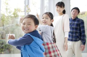 窓拭きをする家族4人の写真素材 [FYI01312207]