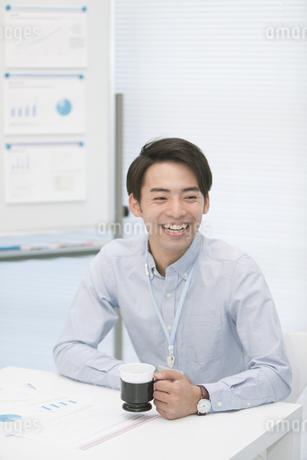 コーヒーカップを持つビジネスマンの写真素材 [FYI01312255]