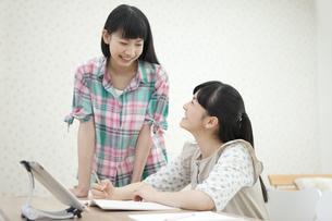 話をしている女の子2人の写真素材 [FYI01312268]
