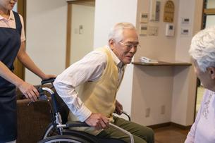 車椅子に座るシニア男性の写真素材 [FYI01312337]