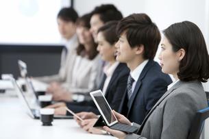 会議をするビジネスマンとビジネスウーマンの横顔の写真素材 [FYI01312352]