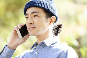 スマートフォンで電話をする男性の写真素材 [FYI01312354]
