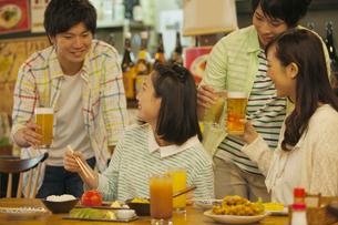 居酒屋で食事をする若者4人の写真素材 [FYI01312368]