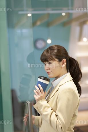 紙コップを持つビジネスウーマンの写真素材 [FYI01312388]