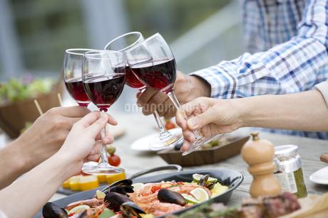 ワインで乾杯をする4人の手元の写真素材 [FYI01312418]