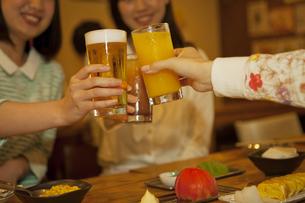 乾杯をする若者の手元の写真素材 [FYI01312441]
