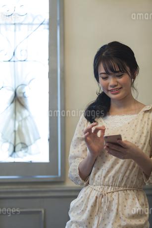 スマートフォンを操作する女性の写真素材 [FYI01312456]