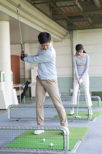 ゴルフをするカップルの写真素材 [FYI01312507]