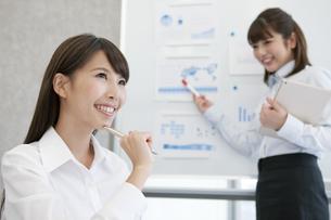 会議をする2人のビジネスウーマンの写真素材 [FYI01312520]