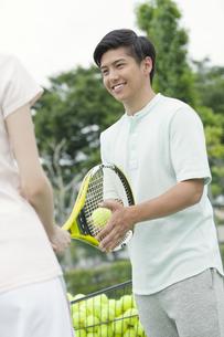 テニスをするカップルの写真素材 [FYI01312537]