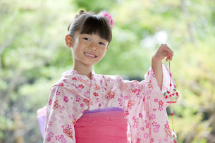 風鈴を持つ浴衣姿の日本人女の子の写真素材 [FYI01312541]