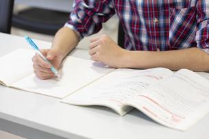 勉強をする男の子の手元の写真素材 [FYI01312565]